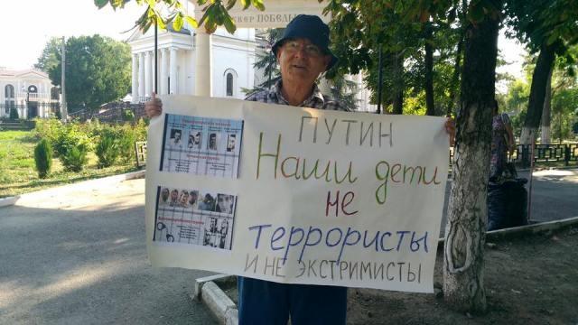 Престарелые крымские татары вышли напикеты вподдержку схваченного 76-летнего заключенного